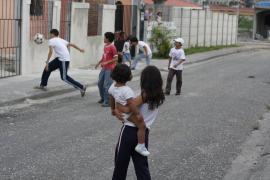 Children playing on the street - photo: S. Preisch