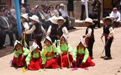 Children perform a traditional dance (photo: F. Espinoza )