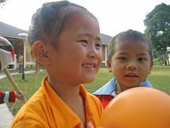 Having fun with a balloon - photo: S. Molitor