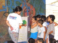The instructor teaches the youngest children the basics (Photo: M. Jaramillo)