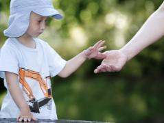 Holding hands - photo: J. Strohwasser