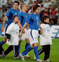Children and players on the pitch - Photo: Paolo Bona