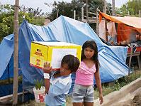Children in Beni district carrying an SOS aid parcel - Photo: Fernando Espinoza