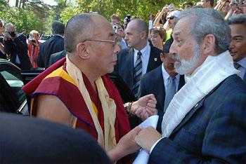 H. Nussbaumer, chair of SOS Children's Villages in Lower Austria, has known the Dalai Lama since 1979 - Photo: Rupprecht