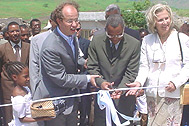 Prime Minister Neves cuts the ribbon - Photo: SOS Archives