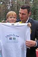Special guest Vitali Klitschko with a little friend - Photo: T. Ustinova