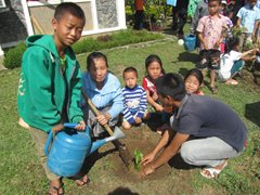 An SOS family planting flowers in the garden (photo: SOS archives).