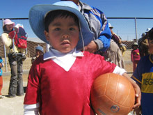 A kid takes the chance to play in the brand new football ground in El Alto - Photo: SOS Archives