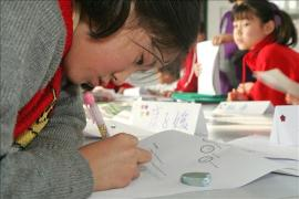 Girl from Tianjin concentrates on her homework (photo: B. Neeleman)