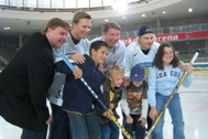 Children from Imst with Timo Jutila, Kimmo Timonen, Jari Kurri and Niko Kapanen (from left to right) - Photo: D. Djulic