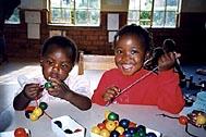 Doing handicrafts at the SOS Kindergarten in Lilongwe - Photo: C. Gigleitner