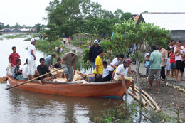 Distribution of relief goods by boat - Photo: SOS Archives