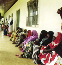 Queuing in front of the SOS mother and child clinic - Photo: H. Atkins