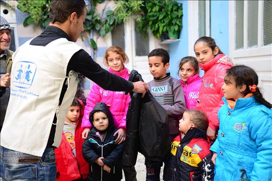 Caring for children - Distribution of coats and blankets in Damascus © W.Bachor