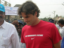 Roger Federer tours the construction site in Pudupettai - Photo: SOS Archives