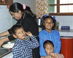 An SOS family cooking dinner at home (photo: F. Espinoza)