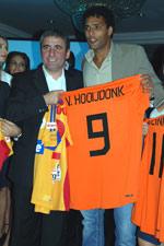 Gheorghe Hagi (left) and Pierre van Hooijdonk in Bucharest - Photo: K. Ilievska