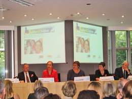 From left: R. Pichler (SOS), Ferrero-Waldner, Lissy Gröner, M. Niederle (FICE), K. Henderson (IFCO) - Foto: Margreiter