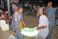Distributing rice to the refugees - Photo: SOS Archives