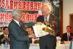 Helmut Kutin receives the Ru Zi Nui Award from Minister of Civil Affairs Li Xueju - Photo: SOS Archives