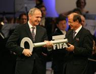 Mr. Linsi handing Mr. Pichler the <I>6 villages for 2006</I> key - Photo: FIFA