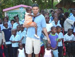 Leonardo DiCaprio with the children from SOS Children's Village Maputo - Photo: www.leonardodicaprio.com