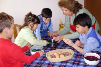 An SOS family dyeing eggs to celebrate Easter (photo: K. Ilievska)