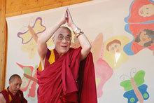 Warm welcome with the Dalai Lama - Photo: SOS-Kinderdorf/Rupprecht