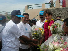 Roger Federer is greeted in Pudupettai by SOS co-workers - Photo: SOS Archives